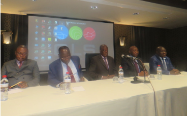 Le ministre d'Etat, Henri Djombo, au centre